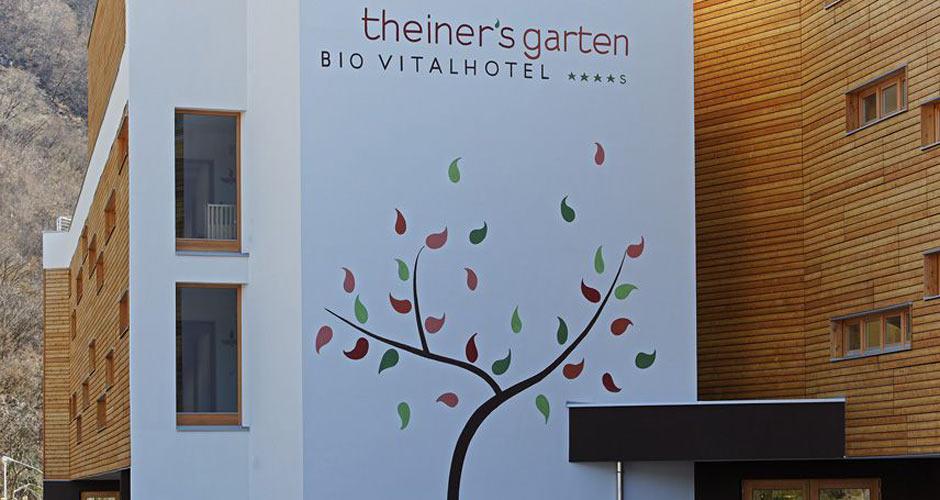 Biohotel Theiners Garten - Aussenfassade mit Laubbaum-Malerei
