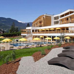 Biohotel Theiners Garten - Pool mit Liegewiese - Hotel im Vollholzbauweise