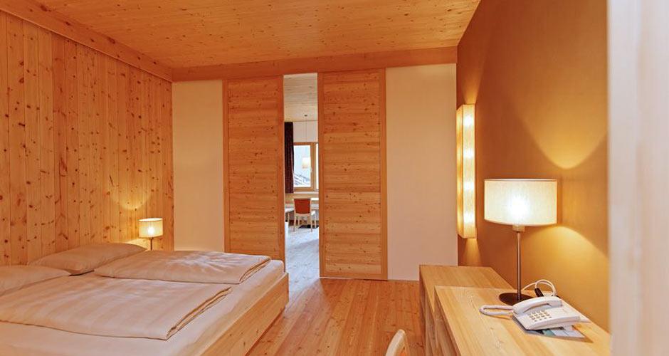 Biohotel Theiners Garten - Zimmer mit Vollholz-Zirbenwänden - behagliche Raumatmospäre