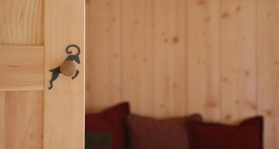 holzius - Urlaub am Bauernhof - Massivholztür Detail