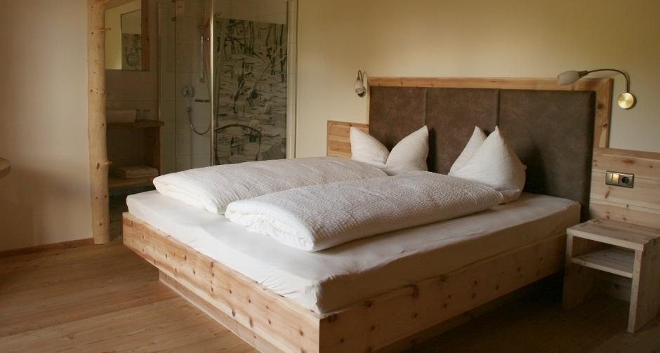 Entspannt ruhen im Schlafzimmer mit Massivholzbett