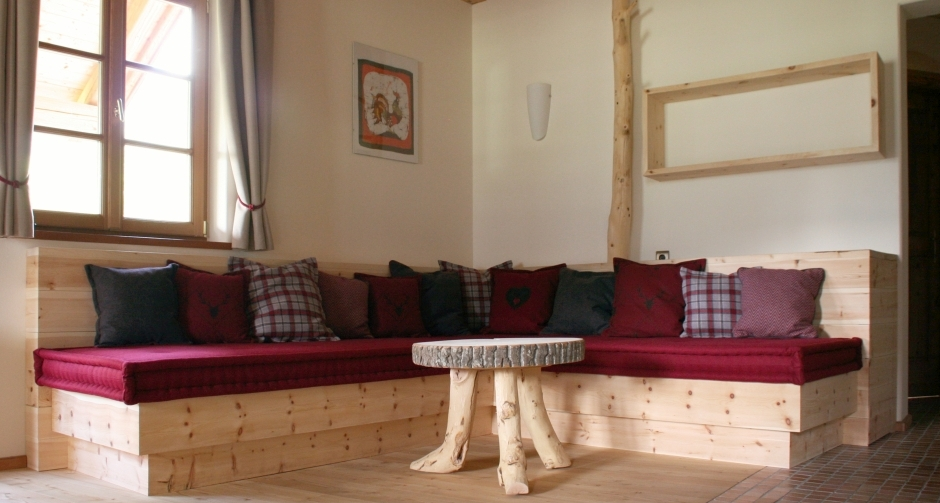 gemütliche Stube mit Sitzecke aus Massivholz