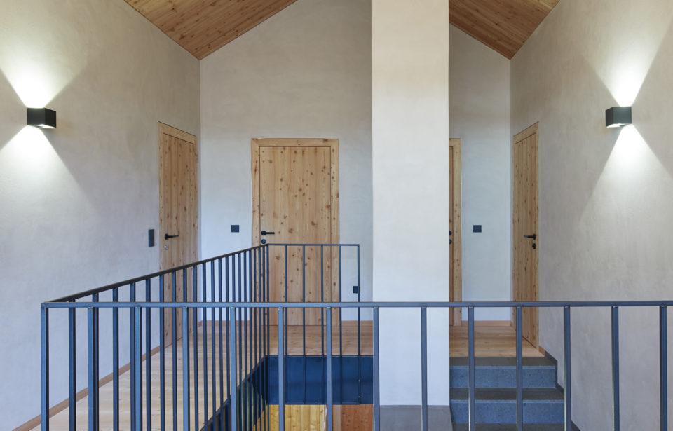 Kombination von Holz- und Lehmoberflächen mit Massivholzdecke