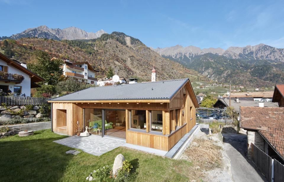 holzius Massivholzhaus eingebetten in die südtiroler Berge