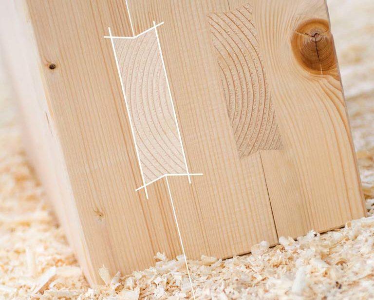 Zu einem Massivholzelement leim- und metallfrei verbundene Holzbohlen und Gratleisten