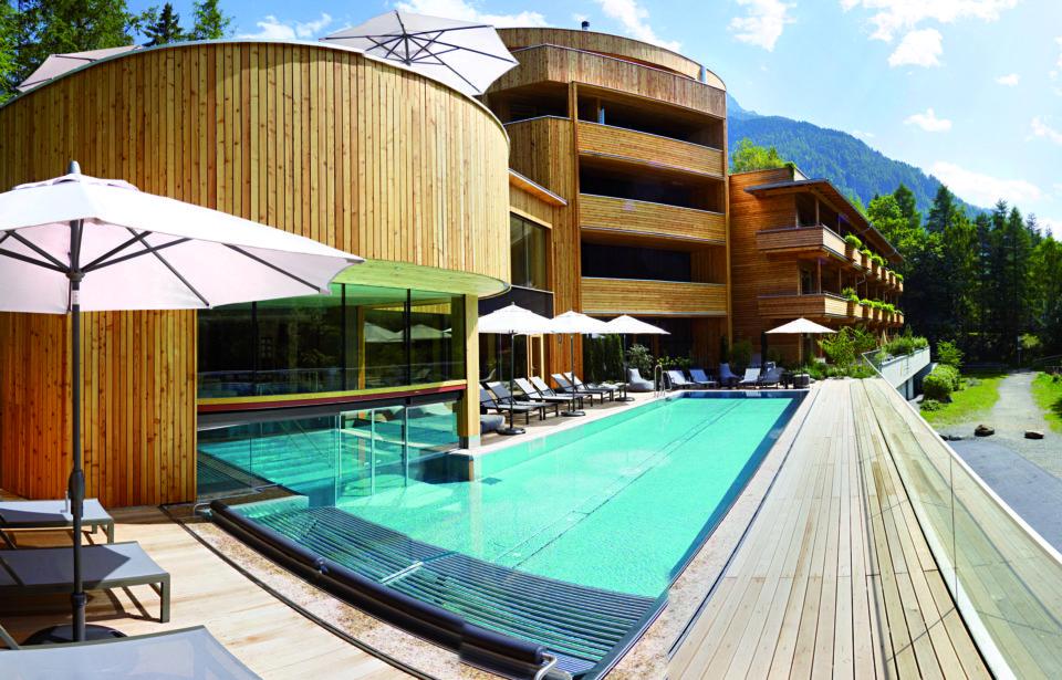 Außenansicht mit Pool - Naturhotel Waldklause