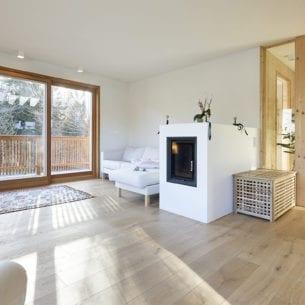 Mehrfamilienhaus Lanz - Toblach - Wohnraum mit Holzhofen und wohnlicher Atmosphäre