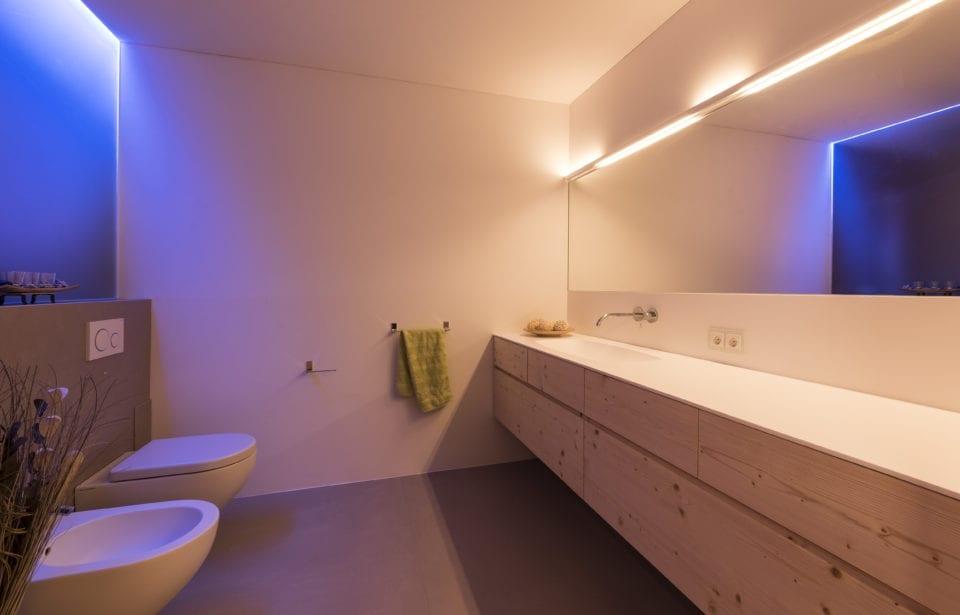 Aufstockung Eppan - holzius Massivholzhaus - Badezimmer farbig beleuchtet