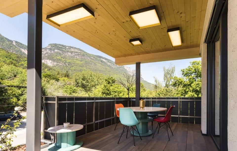 Aufstockung Eppan - holzius Massivholzhaus - Veranda mit Vollholzdach