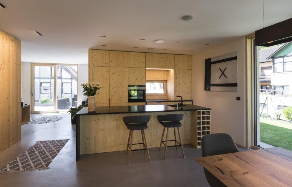 Aufstockung Eppan - holzius Vollholzhaus - Wohnküche mit Massivholzmöbeln