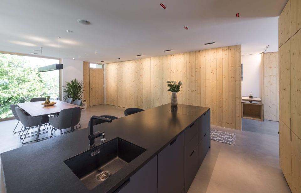 Aufstockung Eppan - holzius massives Holzhaus - Vollholzwand in Sichtqualität in Wohnküche