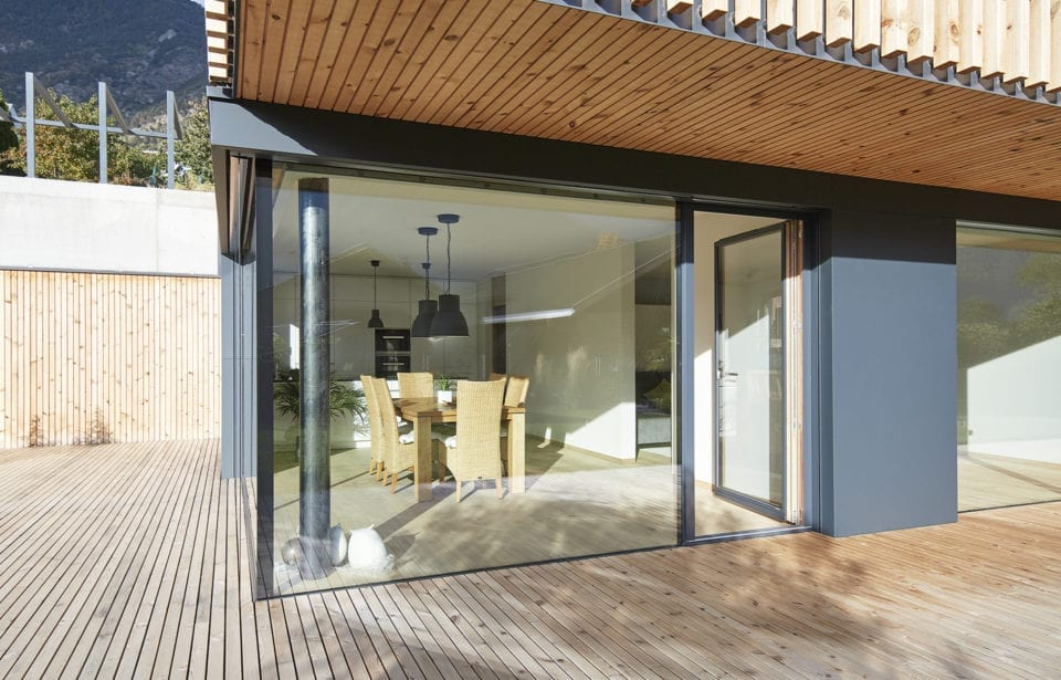 Vollholzhaus aus leim- und metallfreien Decken-, Wand- und Dachelementen von holzius