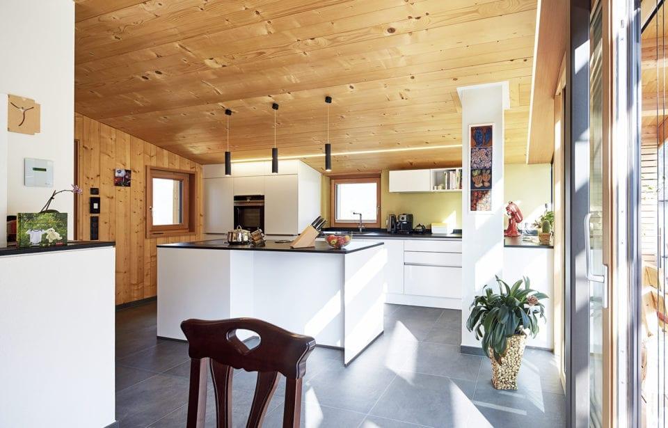 Aufstockung Morter - Küche mit Vollholzdecke holzius