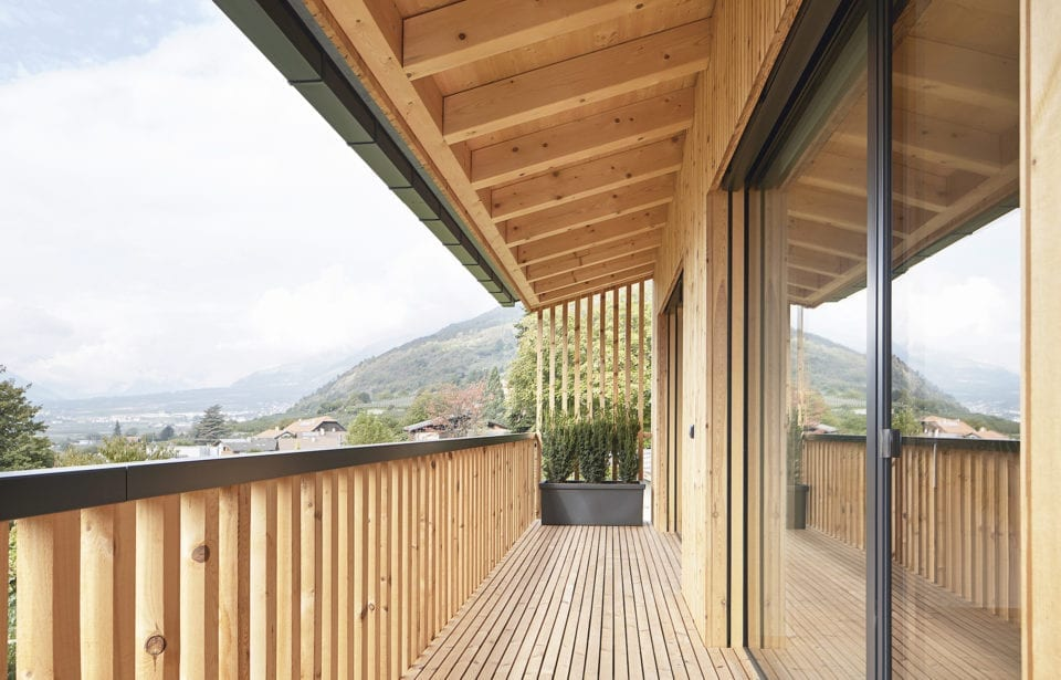 Massivholzhaus aus leim- und metallfreien Decken-, Wand- und Dachelementen von holzius