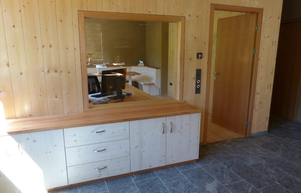 Eingangsbereich - Forststation aus leim- und metallfreien Vollholzelementen von holzius
