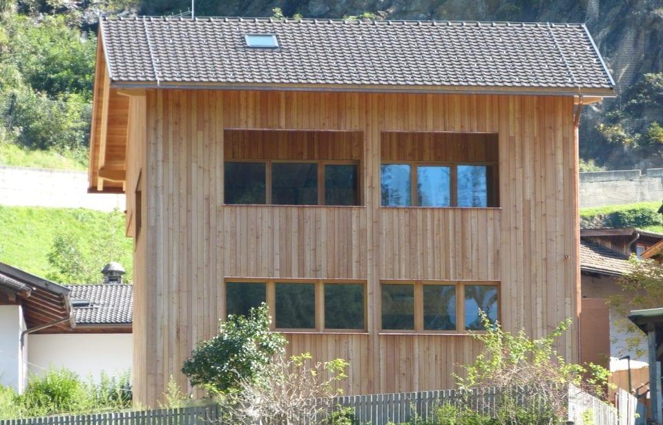 Forststation aus leim- und metallfreien Massivholzelementen von holzius