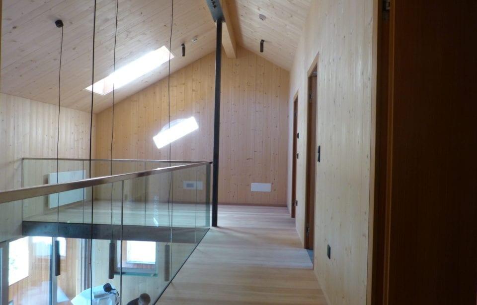 Obergeschoss- Forststation aus leim- und metallfreien Massivholzelementen von holzius