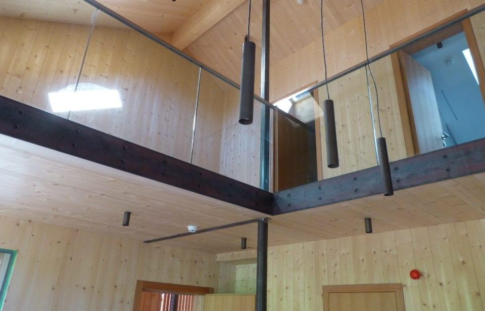 Forststation aus leim- und metallfreien Vollholzelementen von holzius